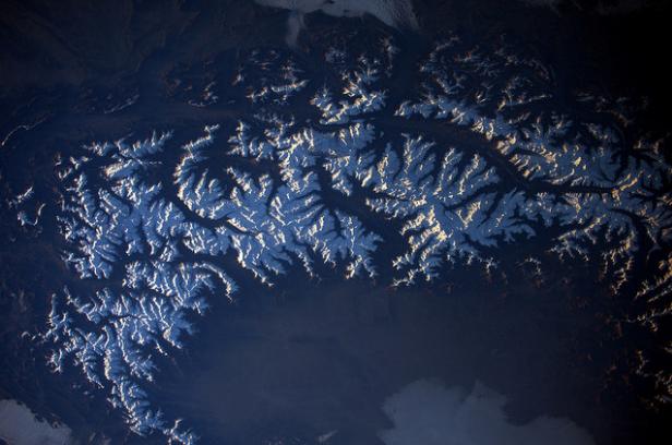 Prachtige opname van de westelijke Alpen bij zonsondergang. Zoek jouw favoriet bergmassief! Bron: https://www.flickr.com/photos/thom_astro/31271966340/