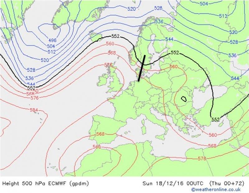 500 hPa-vlak volgens ECMF voor zondagavond. Een kleine trog (zwarte lijn) lijkt te ontstaan, maar geen duidelijk hoogtelaag als bij GFS. Bron: Weatheronline