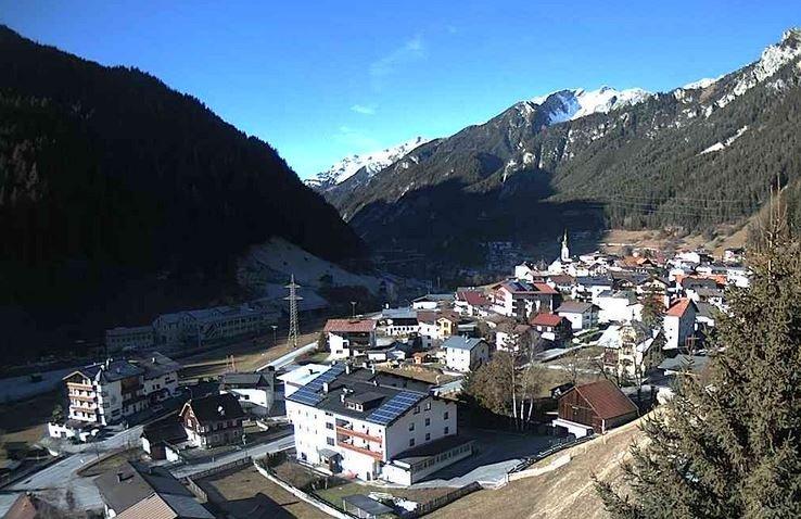 In Flirsch in west Tirol ligt op 1100 meter geen sneeuw. Wel een strakblauwe lucht! Bron: Bergfex