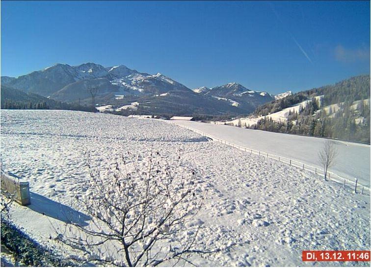 Webcambeeld van Hochfilzen afgelopen dinsdag (950 meter hoogte). Er ligt nog enkele centimeters sneeuw die begin van de week viel. En... wederom veel zonneschijn! Bron: Bergfex