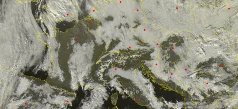Satellietbeeld van donderdag 13:45. Ten noorden en zuiden van de Alpen bevinden zich grote velden met laaghangende bewolking. De Alpen zelf zijn goed zichtbaar en hebben volop zonneschijn! Bron: Sat24
