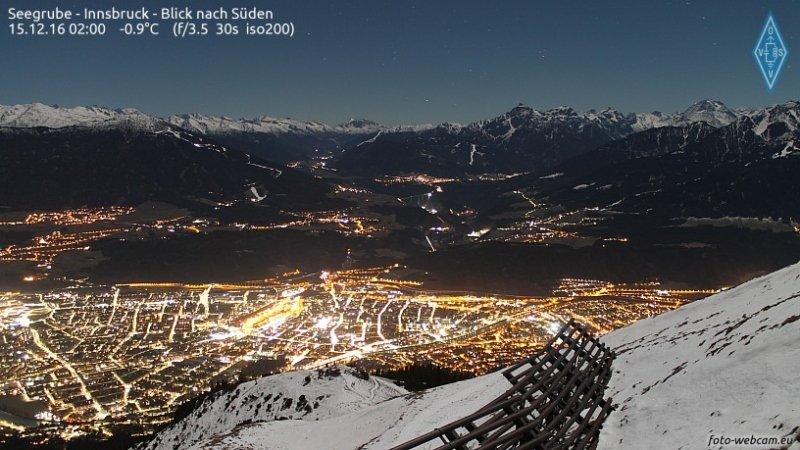 Webcambeeld in de nacht van woensdag op donderdag van de Nordkette over Innsbruck. Een heldere hemel met de verse sneeuw die begin van de week viel. Bron: Foto-Webcam.eu