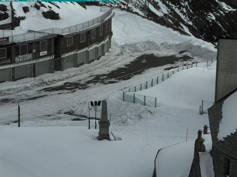 Ondanks de neerslag ligt er op de Stelvio pas in Italië nog een flink pak sneeuw. Op 2700 meter is het duidelijk koud genoeg voor de sneeuw. Bron: bergfex.com