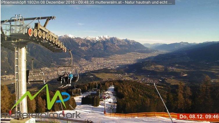 Strakblauwe luchten vorige week, zo ook hier op donderdag bij de Muttereralm nabij Innsbruck. Dankzij de sneeuwkanonnen kan ook hier aan wintersport gedaan worden. Bron: Bergfex