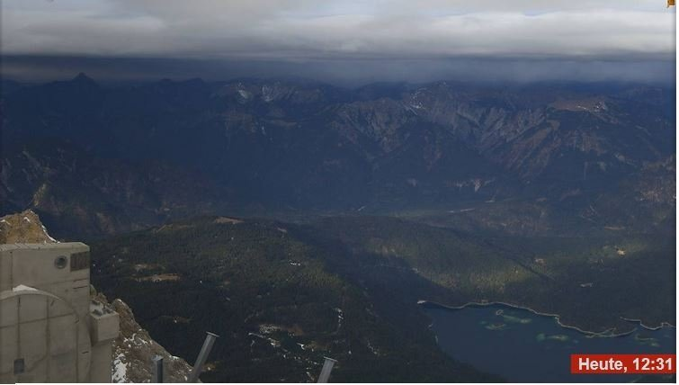 Vanaf de Zugspitze is de bewolking richting het noorden helemaal goed te zien. Daarnaast is er ook wat neerslag waar te nemen. Bron: Bergfex