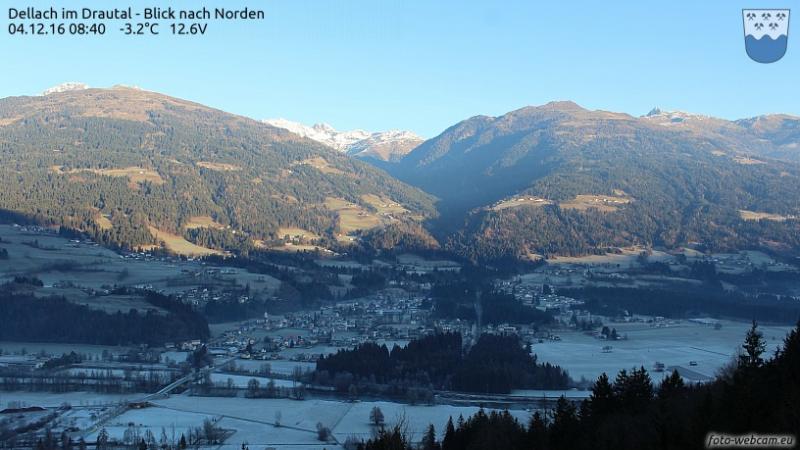 Daar waar de zon er nog niet aan komt ziet alles nog wit van de vorst. Het prachte Drautal. Bron: panoramax.com