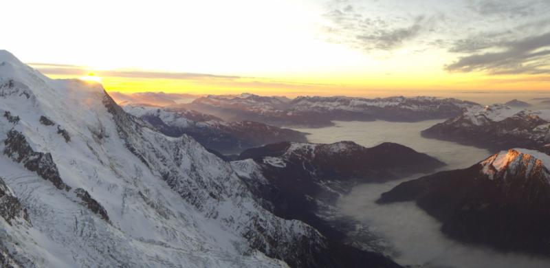 Prachtige zonsondergang gisteren vanop de Aiguille du Midi. Merk ook hoe de hochnebel in de valleien rond Chamonix begint op te komen. Bron: chamonix.com