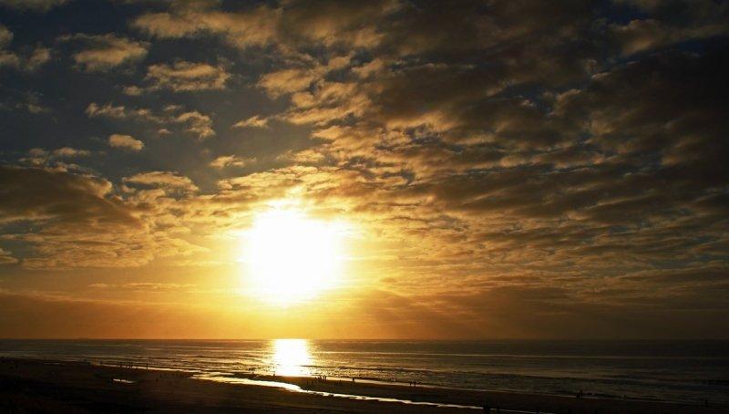 Sjef Kenniphaas maakte deze fraaie foto van de ondergaande zon aan zee.