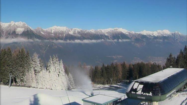 Webcambeeld van dinsdagmiddag op de Muttereralm. De sneeuwkanonnen zorgen voor een witte wereld en sneeuw op de pistes. Bron: Bergfex