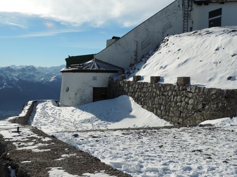 Opgewaaide sneeuwhopen op woensdagmiddag door de Föhn van vorige week op station Hafelekar (+2269 meter) nabij Innsbruck.