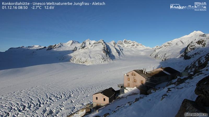 Elders in de Alpen is het meteen al zonnig zoals ook hier bij de Konkordiahütte. Bron: https://www.foto-webcam.eu/webcam/konkordiahuette/